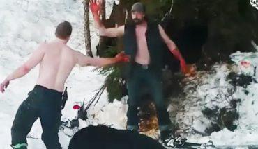 Ojciec i syn przybijają piątkę po okrutnym zabiciu niedźwiedzicy i jej młodych. UWAGA, tylko dla widzów o mocnych nerwach!