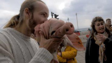 """""""Weganizm to ludzkie okrucieństwo"""" – powiedział, po czym zaczął gryźć surową głowę świni. Przesadził?"""