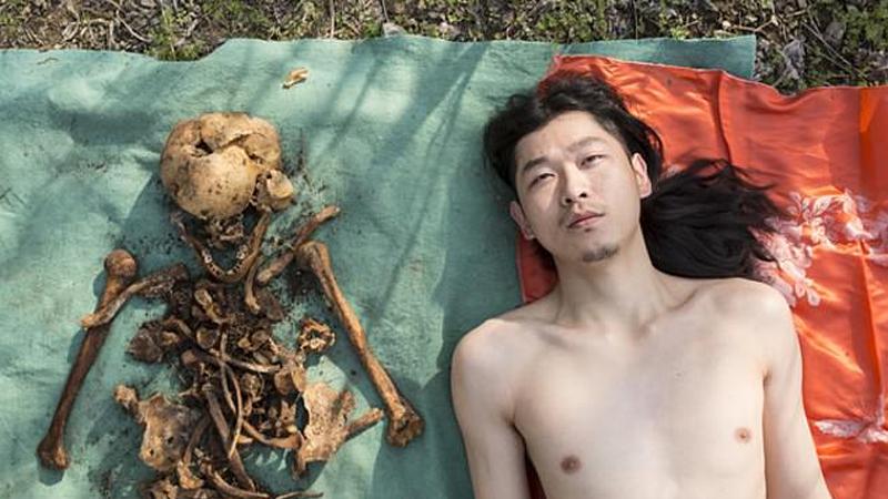 Artysta zdejmuje ubrania i kładzie się obok wykopanych szczątków ojca. I to nazywa sztuką?!