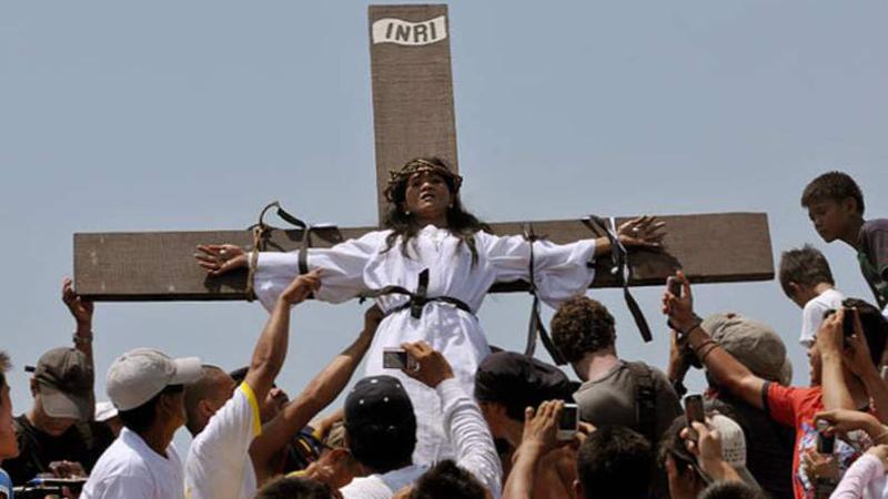 Celebryci z krzyża zarabiają na swym cierpieniu. Czy ktoś zakończy ten paskudny proceder?!