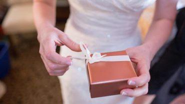 Panna młoda była załamana, gdy otworzyła prezent od jednego z gości! Czy powinno się dawać takie upominki?