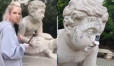 """""""Twarz"""" mBanku zniszczyła młotkiem dzieło sztuki w Warszawie! Wyczynem pochwaliła się na Instagramie"""