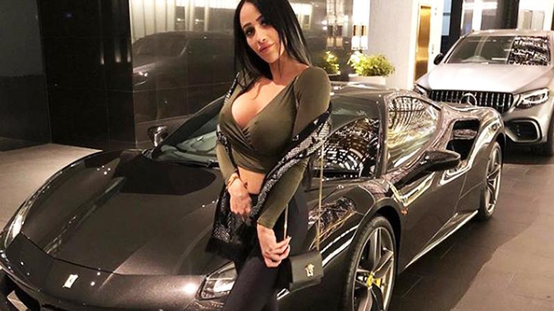 Jeździ samochodem za 676 tys. zł i żebrze w internecie o pieniądze! Ludzie wstydu nie mają