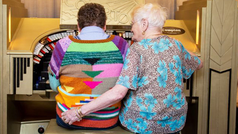 Ona ma 83 lata, on 44. Oboje zachwalają swoje intymne relacje i nie boją się o nich mówić wprost!
