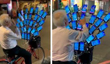 70 -latek jeździ na rowerze, do którego przytwierdzono 30 smartfonów! Po co mu taki wachlarz?