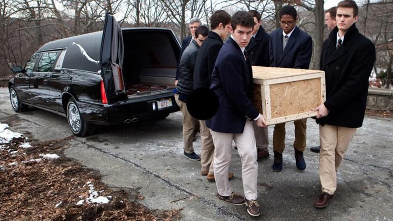 6 nastolatków niosło trumnę mężczyzny. Jeden z nich powiedział coś, co przyprawiło resztę o dreszcze