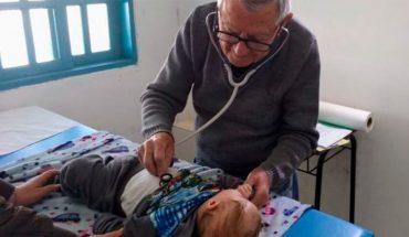 """92-letni pediatra leczy dzieci za darmo. """"Będę pracował, póki moje ciało daje radę"""" – mówi"""