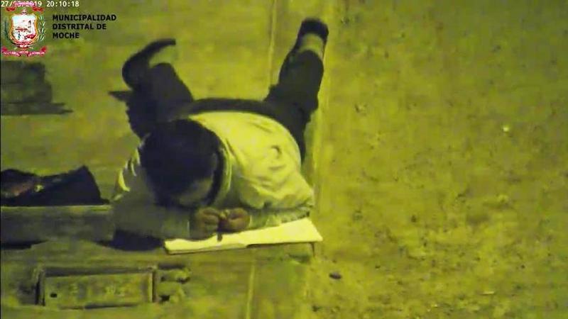 Biedny chłopiec odrabiał lekcje na ulicy. Zauważył to pewien bogacz, który zgotował mu wielką niespodziankę