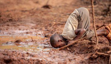 Bogaci obrzucają się błotem, biedni błoto piją. Nic tak głośno nie mówi o naszej hipokryzji, jak te kilka zdjęć