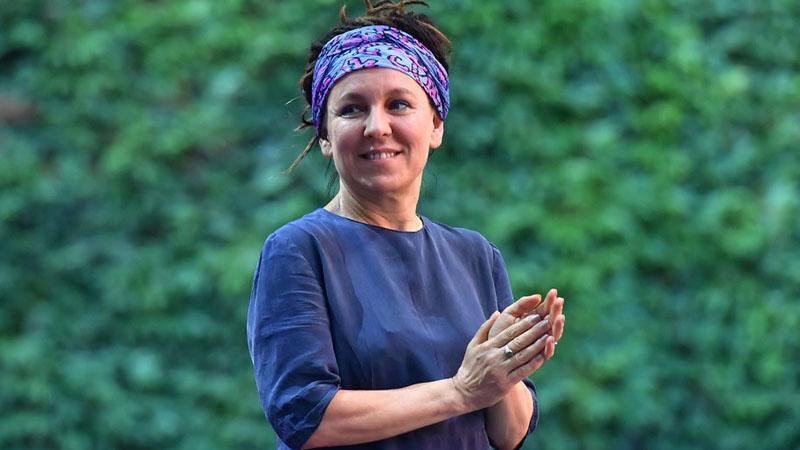 Olga Tokarczuk z literackim Noblem. O ile wzbogaci się pisarka?