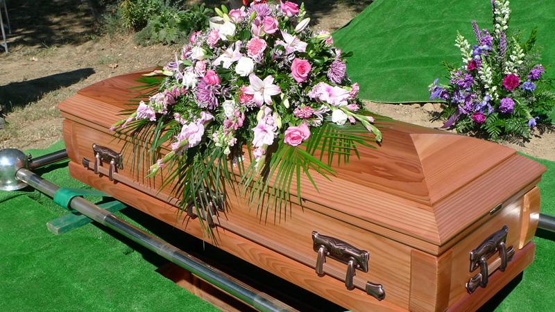 """Żałobnicy oszołomieni po tym, jak słyszą głos dochodzący z trumny, który mówi """"wypuść mnie"""""""