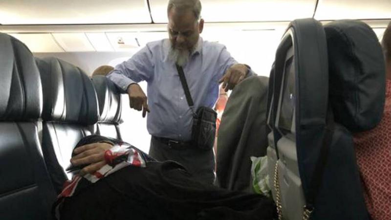 Stał przez 6 godzin lotu, żeby żona mogła się wyspać. Romantyczne, a może toksyczne?