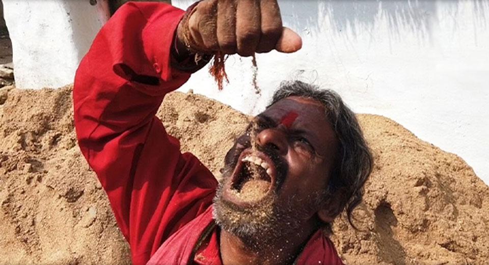 Hindus od 20 lat żywi się ziemią! O dziwo pozytywnie wpłynęło to na jego zdrowie