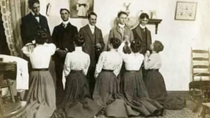 Ta poniżająca bożonarodzeniowa tradycja przetrwała do dziś! Żony musiały paść na kolana przed mężami i prosić ich o wybaczenie